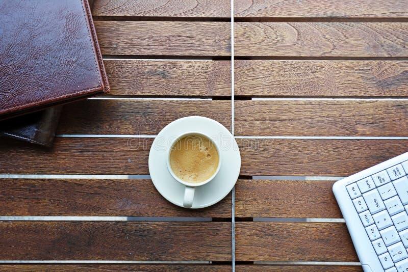 Pause-café sur le bureau en bois image libre de droits