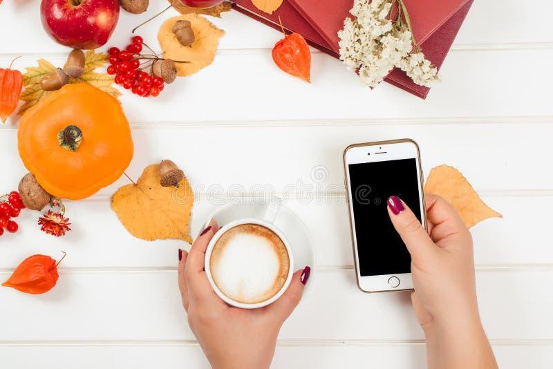Pause-café, utilisant le téléphone portable Vue supérieure de fond d'automne images stock