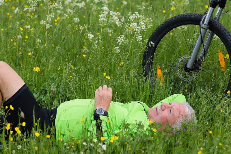 Pause d'un cycliste image libre de droits