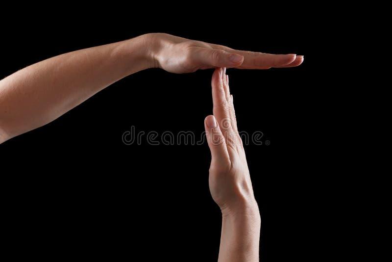 Pause ou quebre o gesto de mão do tempo, tiro no preto imagens de stock