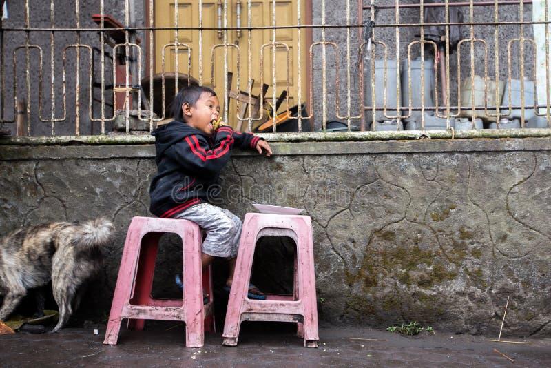 Pauvre enfant d'une partie rurale de Bali, Indonésie images stock