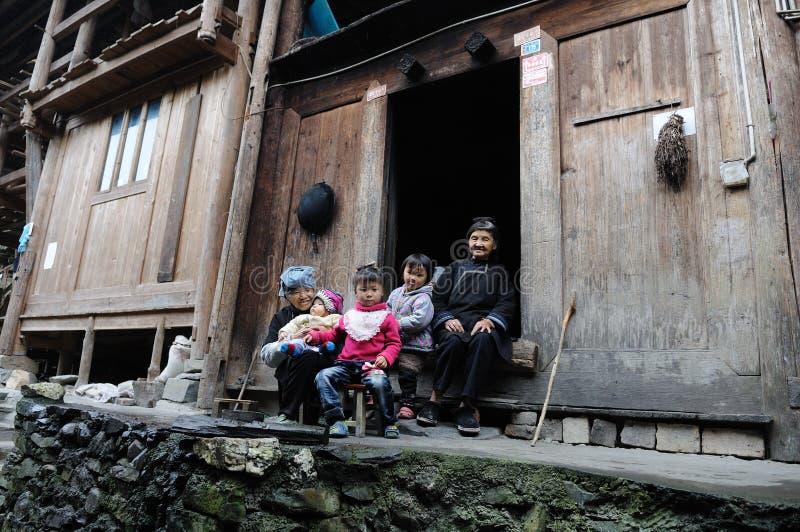 Pauvre famille dans le vieux village dans Guizhou, Chine images libres de droits