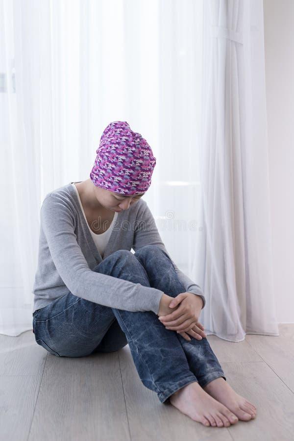 Pauvre femme de cancer photos stock