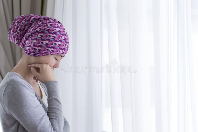 Pauvre femme de cancer images stock