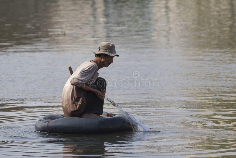 Pauvre homme à la rivière de Saigon images libres de droits