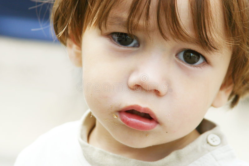 Pauvre petit enfant perdu photo stock