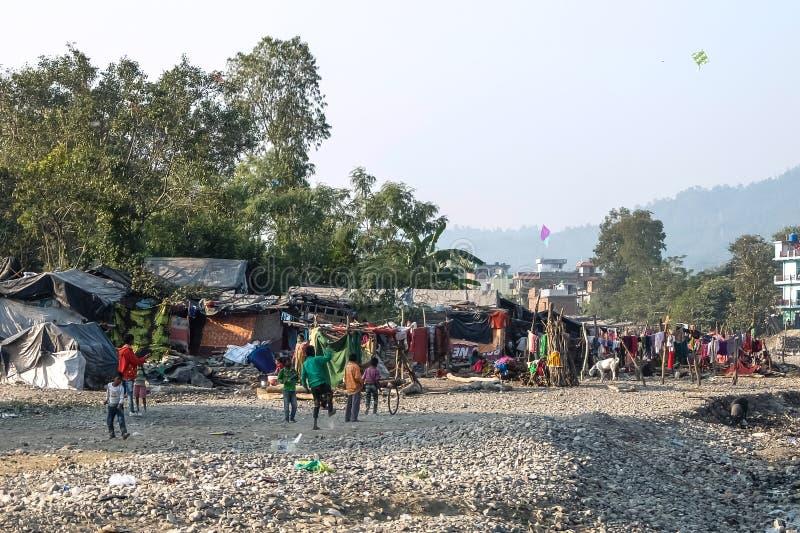 Pauvres enfants jouant dans les taudis près de Rishikesh, Inde photo stock
