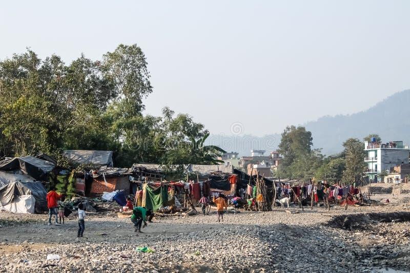 Pauvres enfants jouant dans les taudis près de Rishikesh, Inde photos libres de droits