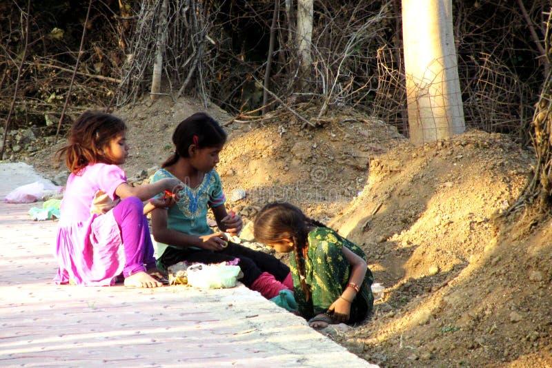 Pauvres filles indiennes jouant dans la rue photographie stock libre de droits