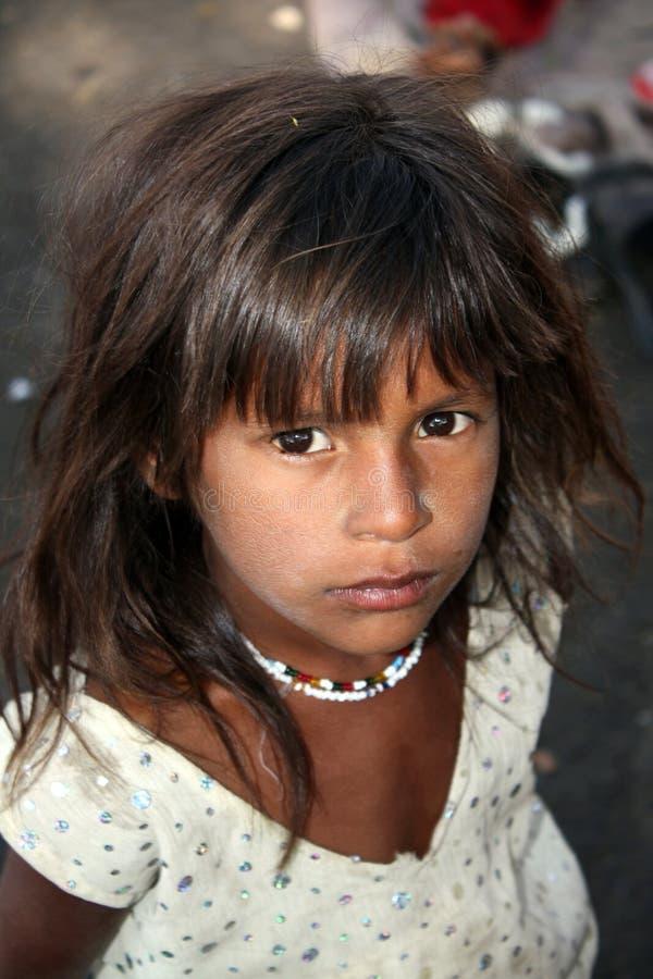 pauvres indiens pleins d'espoir de fille photo stock