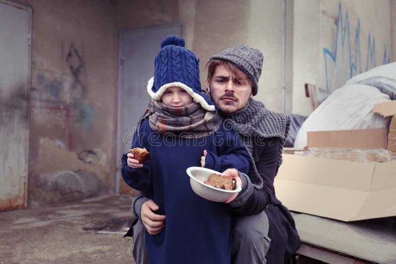 Pauvres p?re et enfant avec du pain photographie stock