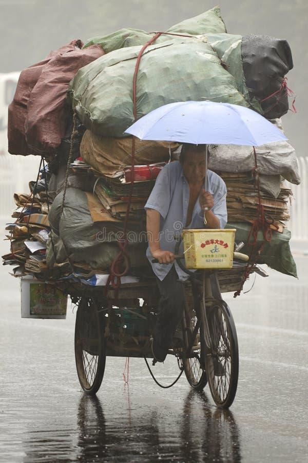 Pauvres personnes faisant la vie dans une situation pluvieuse images libres de droits