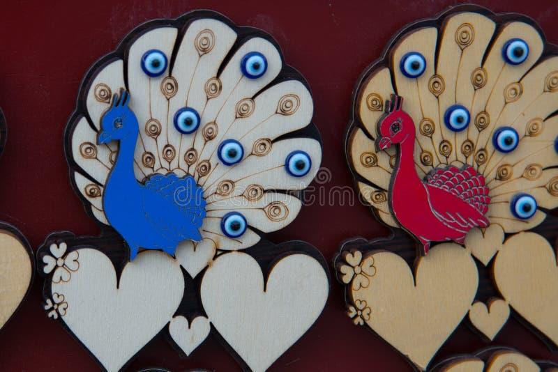 Pavão e corações Lembranças feitos a mão bonitas feitas da madeira Um mercado turco tradicional Bazar, Turquia, Eskisehir fotos de stock royalty free