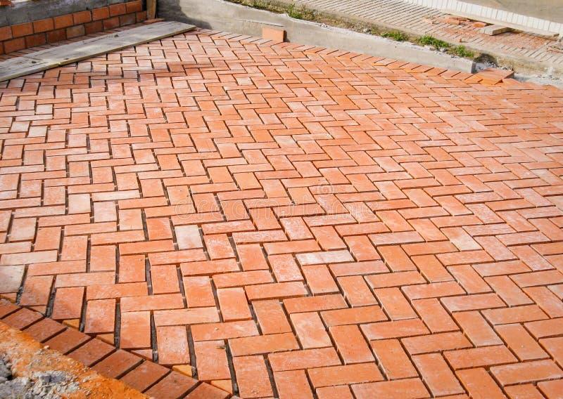 Pavés de brique orange dans le procédé de construction photos libres de droits