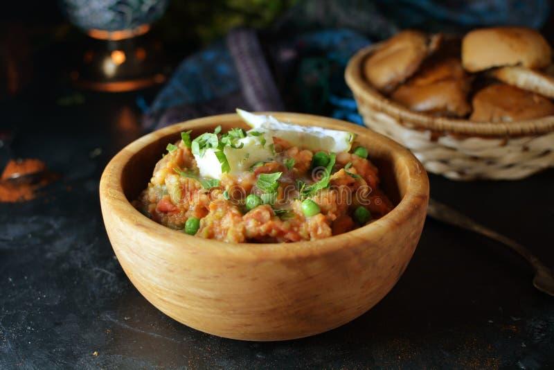 Pav Bhaji - receptförberedelsefoto med foto av den sista maträtten och den traditionella matthaen fotografering för bildbyråer