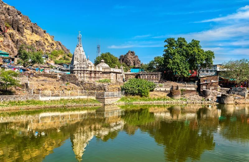 Pavagadh小山的-古杰雷特,印度Suparshvanath老Digamber寺庙和Teliya Talav湖 免版税库存图片