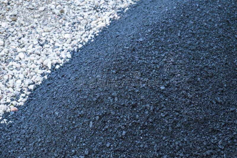 Pavage d'une allée avec l'asphalte photographie stock libre de droits