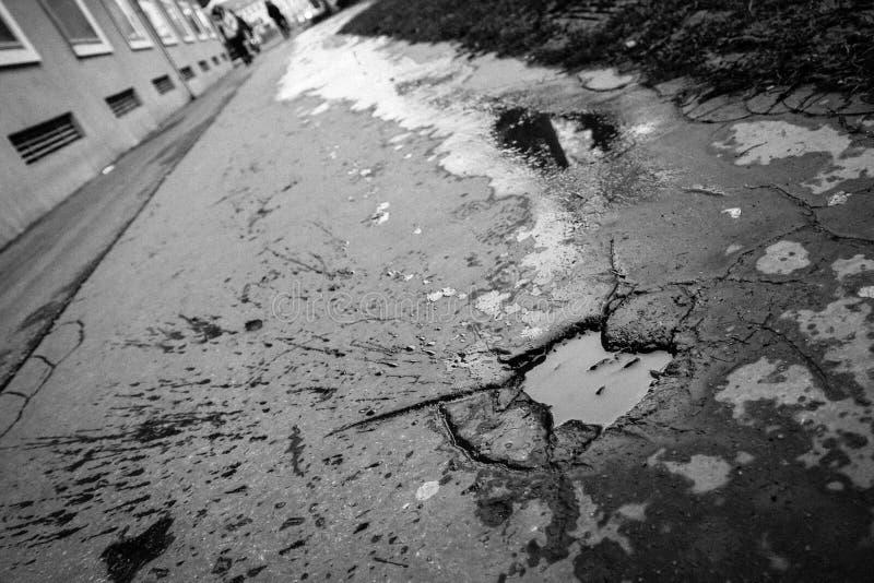 pavementwith孔的坑洼在它 免版税库存图片