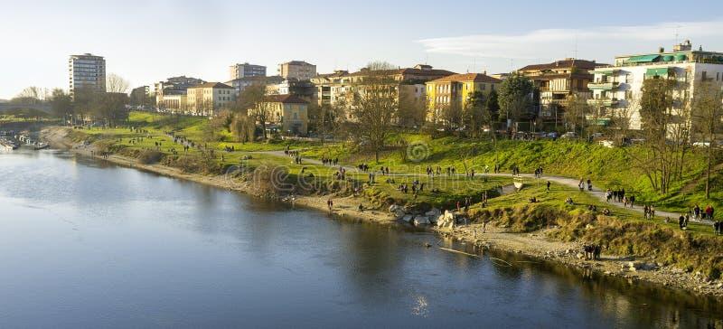 Pavia brzeg Ticino rzeka koloru córek wizerunku matka dwa obrazy stock