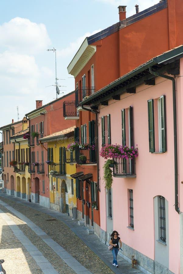Pavia (Itália): casas coloridas imagens de stock
