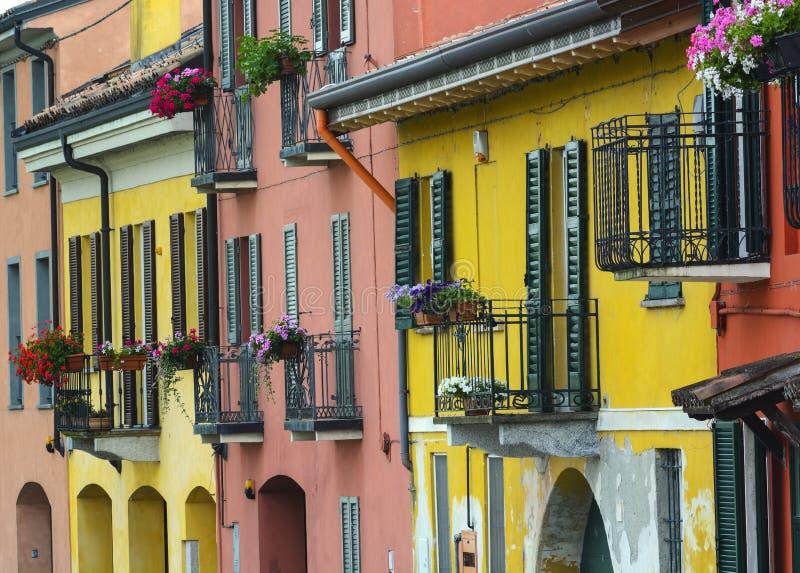 Pavia (Itália): casas coloridas fotografia de stock