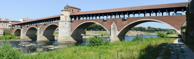 Pavia Italien: Dold bro över floden Ticino arkivfoton