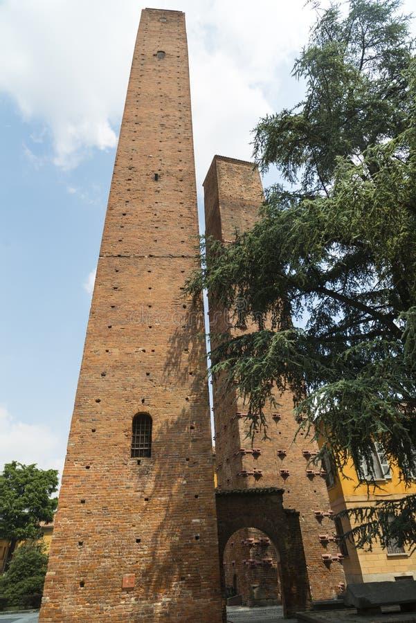 Pavia (Włochy): średniowieczny góruje obrazy stock