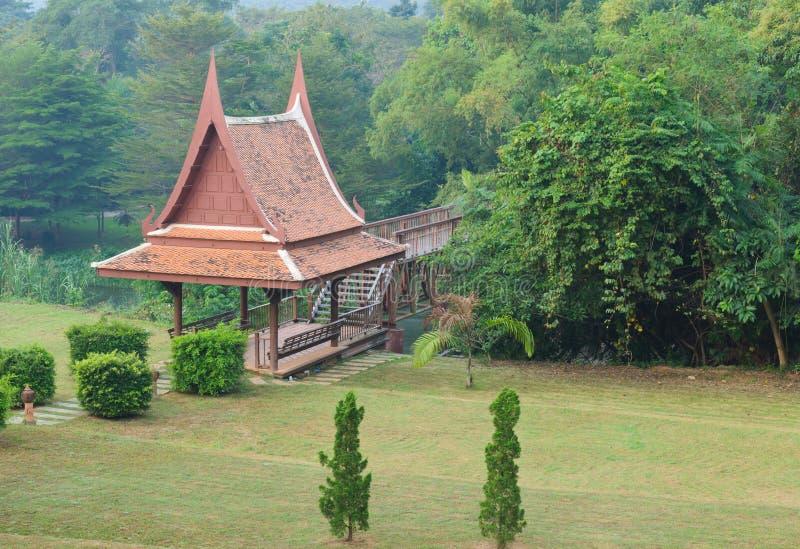 Paviilon tailandese tradizionale nel giardino fotografia stock