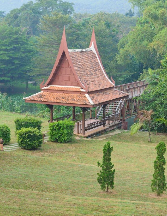 Paviilon tailandese tradizionale nel giardino immagini stock libere da diritti