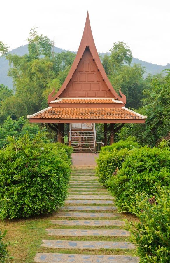 Paviilon tailandese tradizionale nel giardino immagini stock