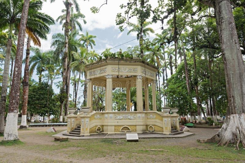 Pavilhão amarelo em Parque Vargas, parque da cidade em Puerto Limon, Costa Rica foto de stock