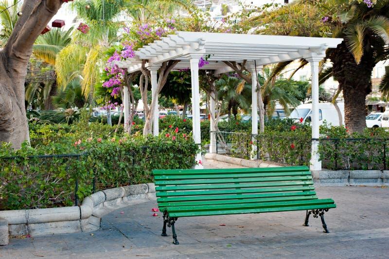 Pavilhão branco no jardim pequeno foto de stock royalty free