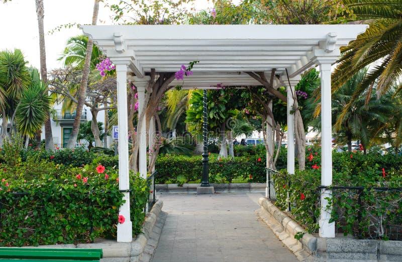 Pavilhão branco no jardim pequeno imagens de stock royalty free