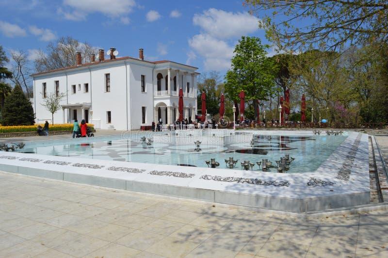 Pavilhão branco no parque de Emirgan em Istambul fotografia de stock