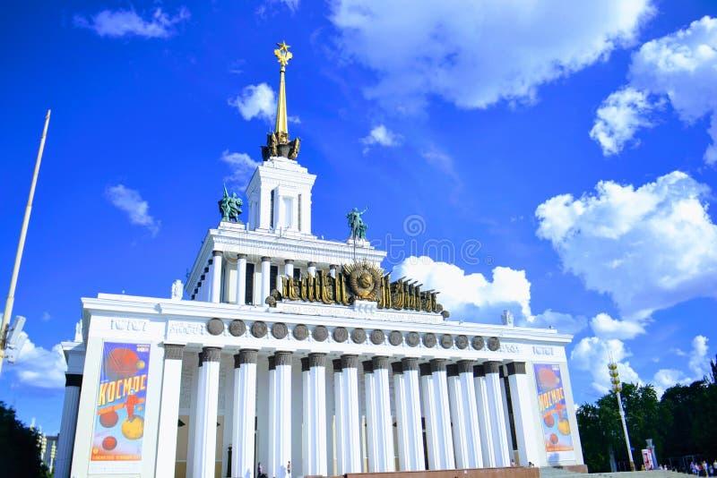 Pavilhão central em VDNkh perto da amizade do ` do fontain do ` das nações imagem de stock