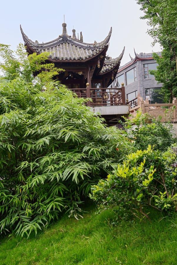 Pavilhão chinês envelhecido no verde verdejante fotografia de stock royalty free
