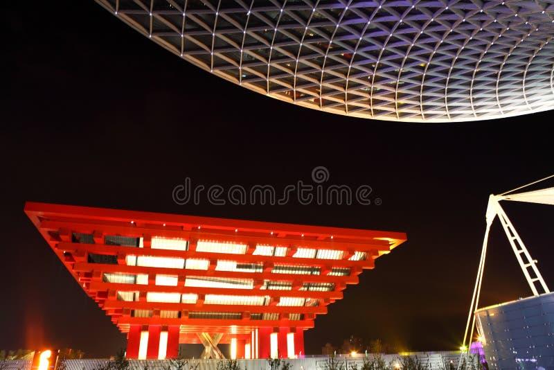 Pavilhão de China com a linha central da expo na noite foto de stock royalty free