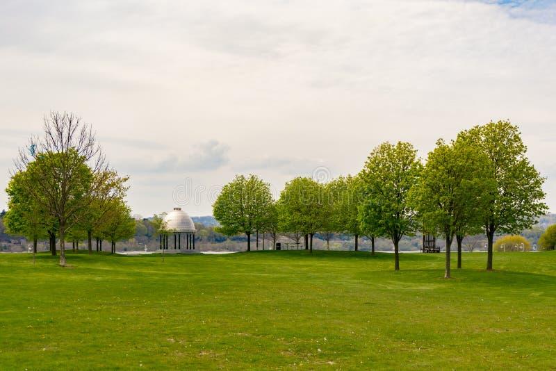 Pavilhão de pedra no parque com o onta de hamilton do gramado da grama verde das árvores foto de stock royalty free