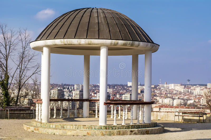 Pavilhão de pedra no parque com opinião da cidade fotos de stock