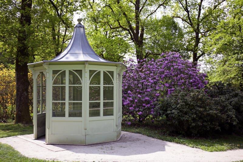 Pavilhão do jardim na primavera imagem de stock