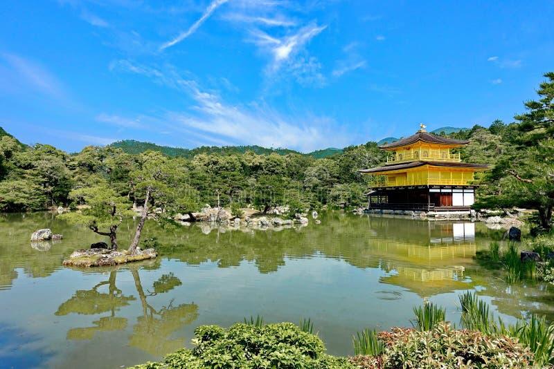 Pavilhão dourado & x28; chamada Kinkakuji em Japanese& x29; no dia brilhante do céu imagens de stock