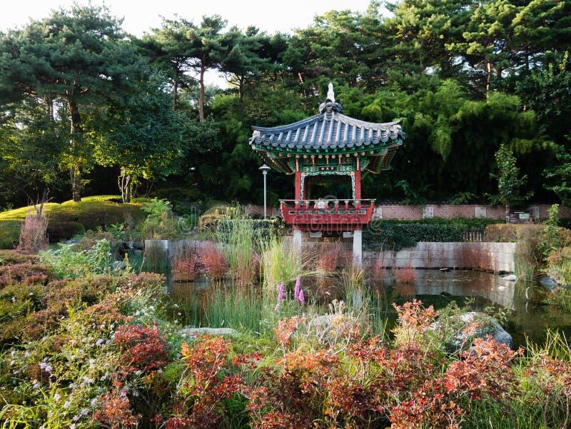 Pavilhão e jardim bonitos no estádio do campeonato do mundo de Seoul foto de stock