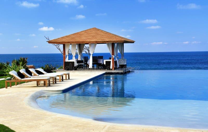 Pavilhão e piscina no recurso imagem de stock