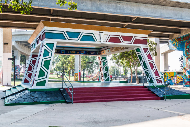 Pavilhão/Kiosko do parque do Chicano abaixo da ponte de Coronado imagens de stock