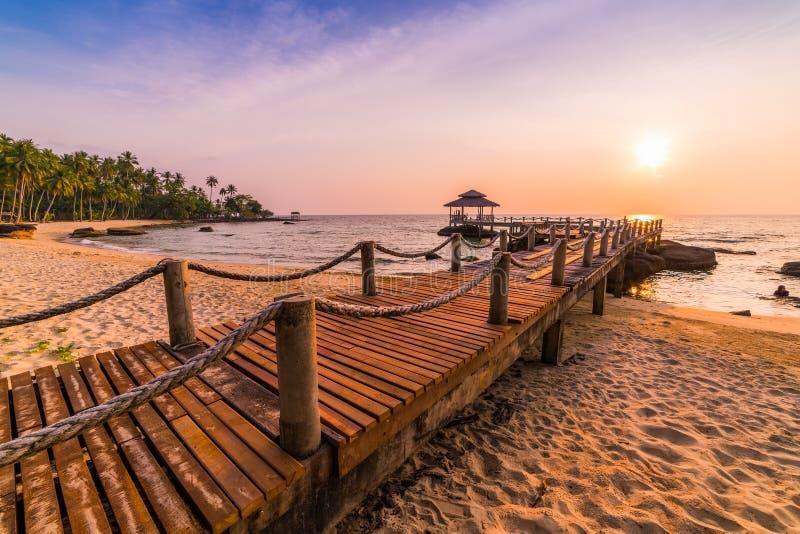 Pavilhão longo da ponte de madeira na ilha tropical bonita imagens de stock royalty free