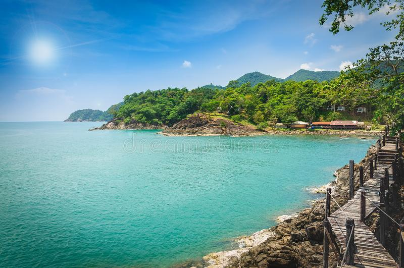 Pavilhão longo da ponte de madeira no seaview tropical bonito da ilha fotos de stock royalty free