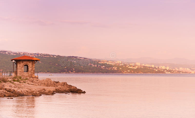 Pavilhão na costa de mar do adriático. fotografia de stock royalty free
