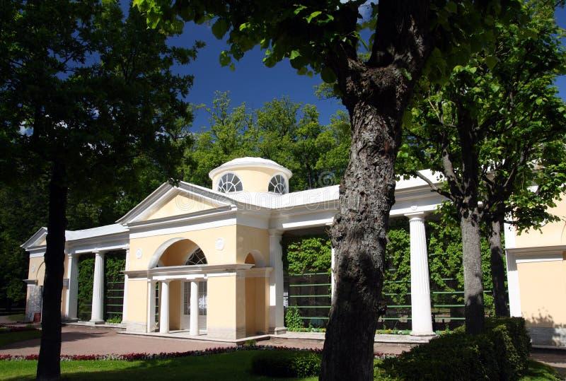 Pavilhão no parque de Pavlovsk imagens de stock