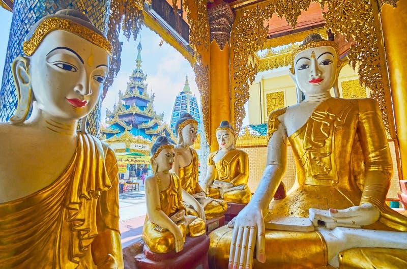 Pavilhão ornamentado do santuário da pegada da Buda, Shwedagon, Yangon, M imagens de stock royalty free