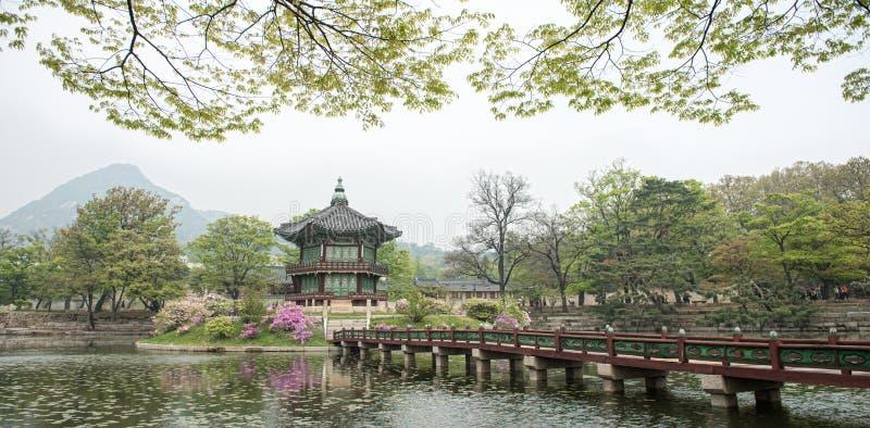 Pavilhão sextavado de Hyangwonjeong do palácio de Gyeongbokgung em Seoul, Coreia Erigido pelo comando real do rei Gojong em 1873 imagem de stock